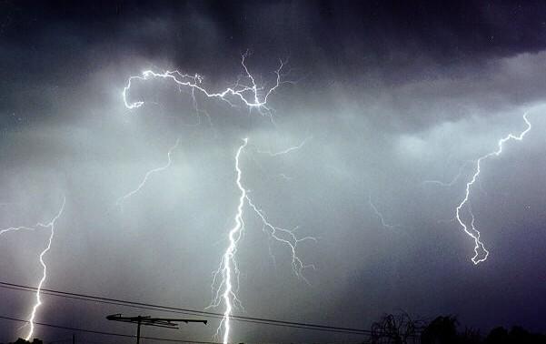 COD GALBEN de ploi torenţiale şi vijelii, în aproape toată ţara, până marţi noapte