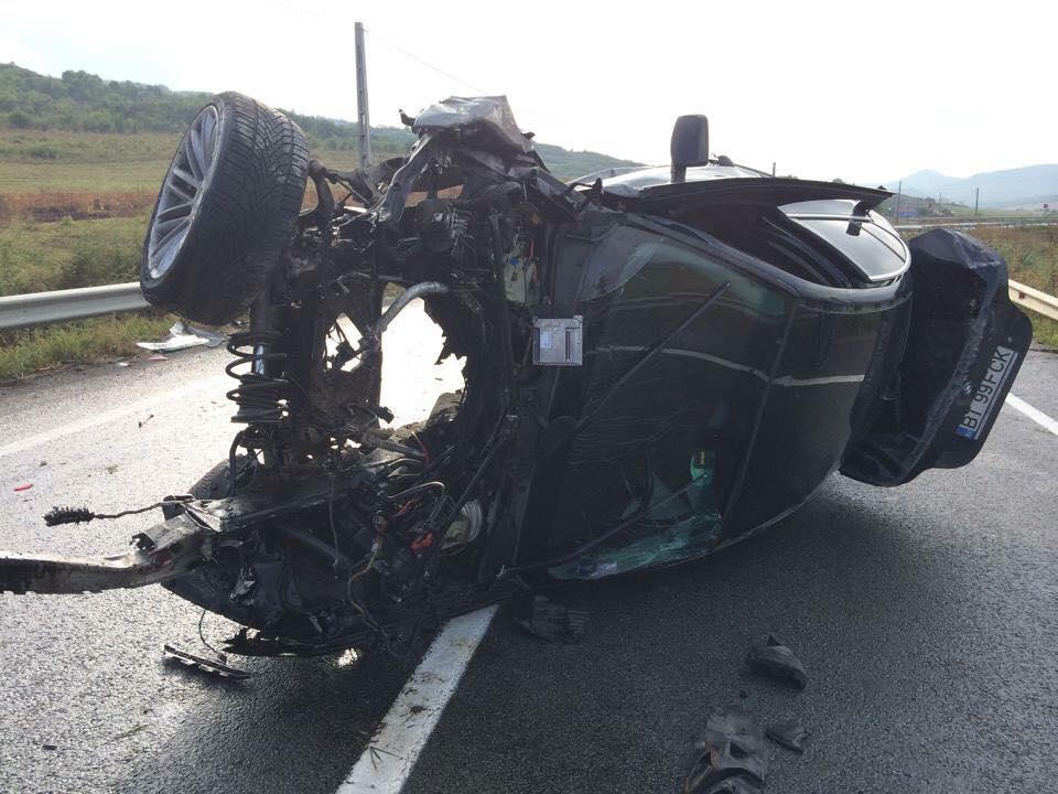 ACCIDENT la Șintereag! Un BMW s-a făcut praf după ce s-a răsturnat pe șosea de mai multe ori – GALERIE FOTO