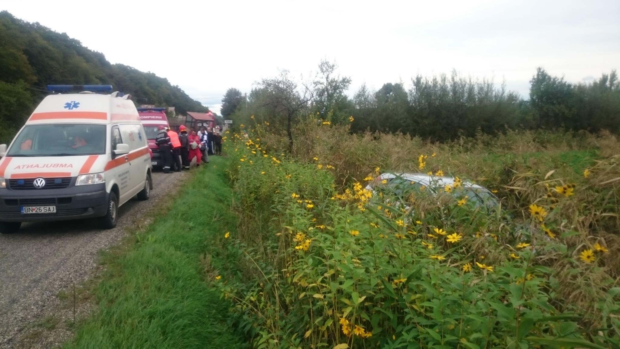 Accident GRAV! Două femei au ajuns la spital, după ce mașina în care se aflau s-a izbit de un tractor – FOTO