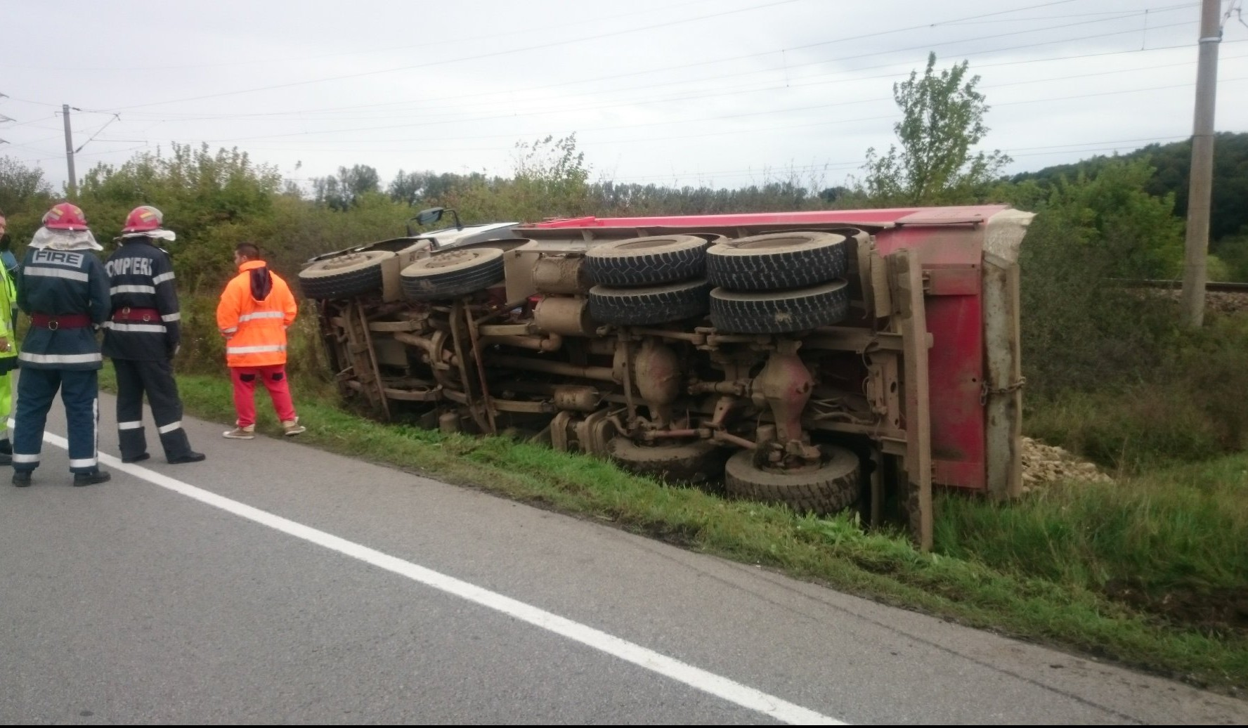 Camion încărcat cu piatră, răsturnat la intrarea în Șintereag! Șoferul a scăpat ca prin minune – GALERIE FOTO