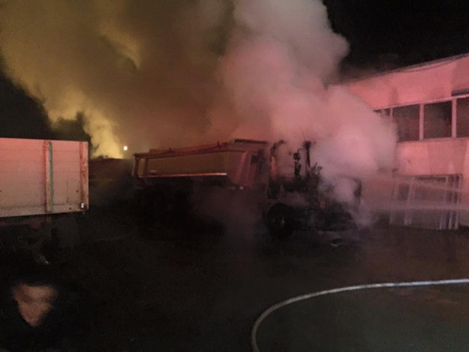 Un camion a luat foc chiar lângă o cisternă cu motorină, în curtea unei firme de construcții – FOTO&VIDEO
