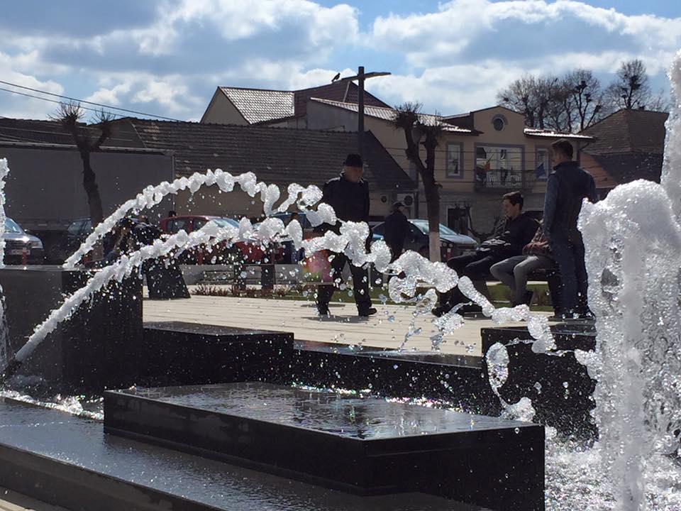 Cum arată noile fântâni arteziene din Beclean, înainte de inaugurarea oficială – GALERIE FOTO
