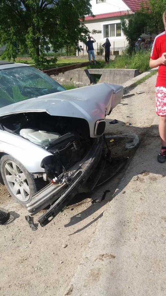ACCIDENT GRAV în Piatra! Trei tineri au ajuns la spital după ce BMW-ul în care se aflau s-a izbit de un cap de pod – FOTO