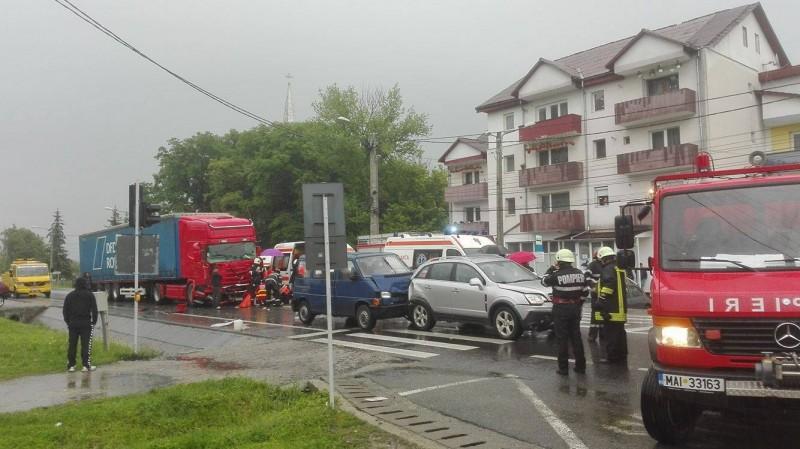 ACCIDENT CUMPLIT la Viișoara! O persoană a murit pe loc, după ce un TIR a izbit un microbuz și alte două mașini – FOTO