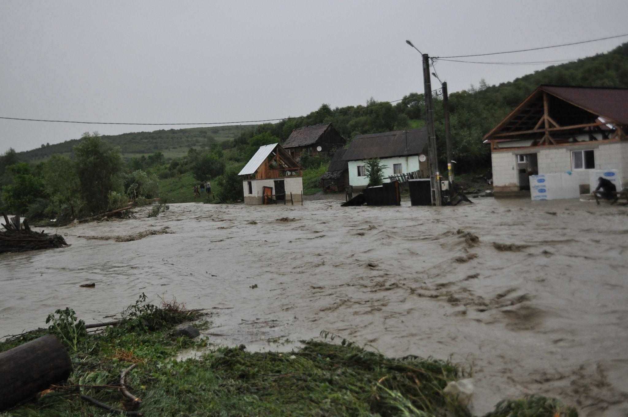 Viitură pe Valea Budacului! Apa a inundat multe gospodării din Petriş. Zeci de persoane, evacuate – FOTO