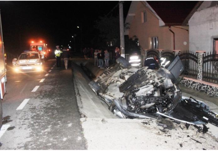 Accident MORTAL la Reteag! Doi tineri au murit după ce s-au răsturnat cu mașina într-un șanț de beton – FOTO&UPDATE