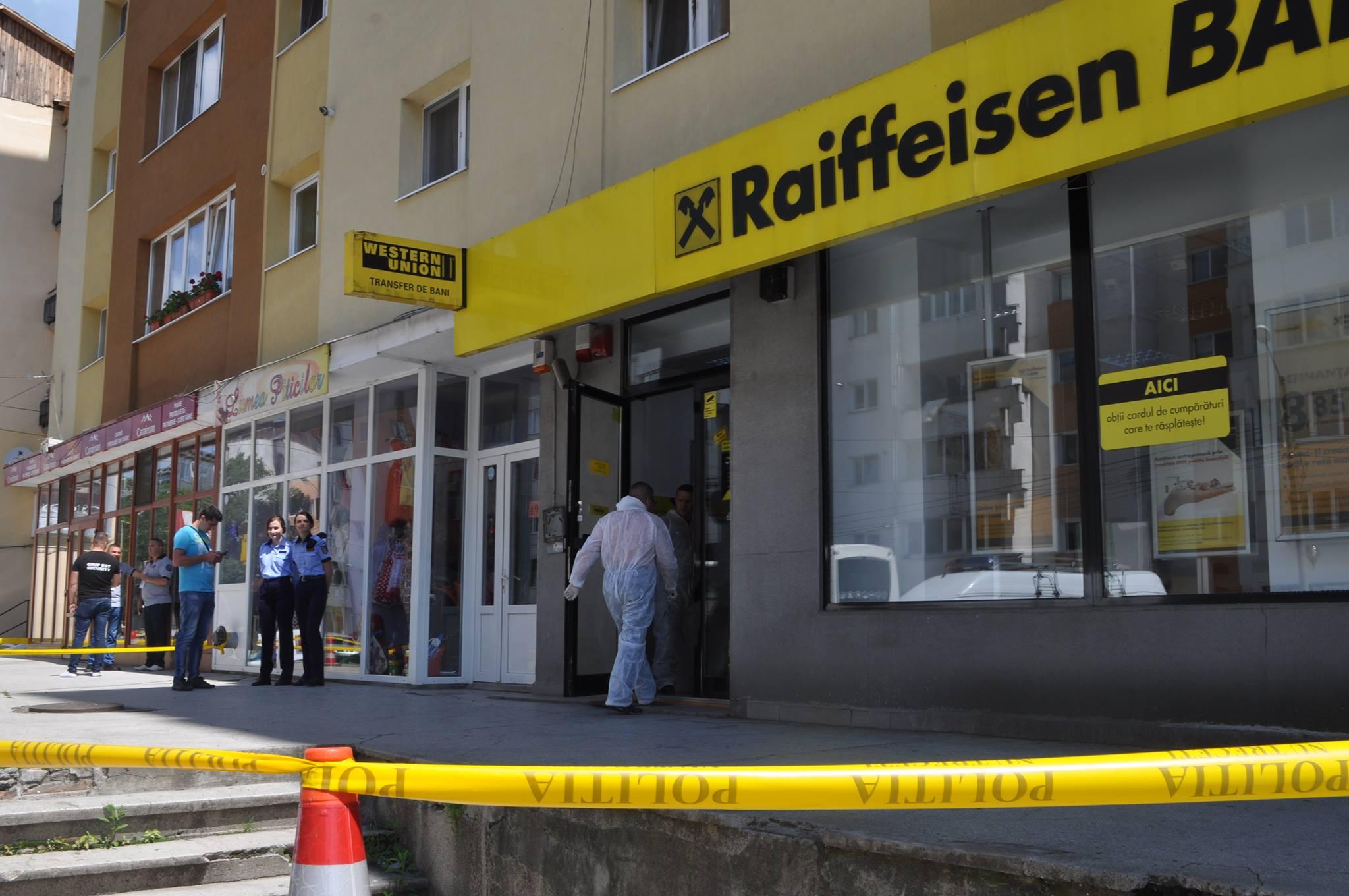 Jaf armat la Bistrița! Un bărbat a furat o sumă mare de bani dintr-o sucursală Raiffeisen Bank – FOTO