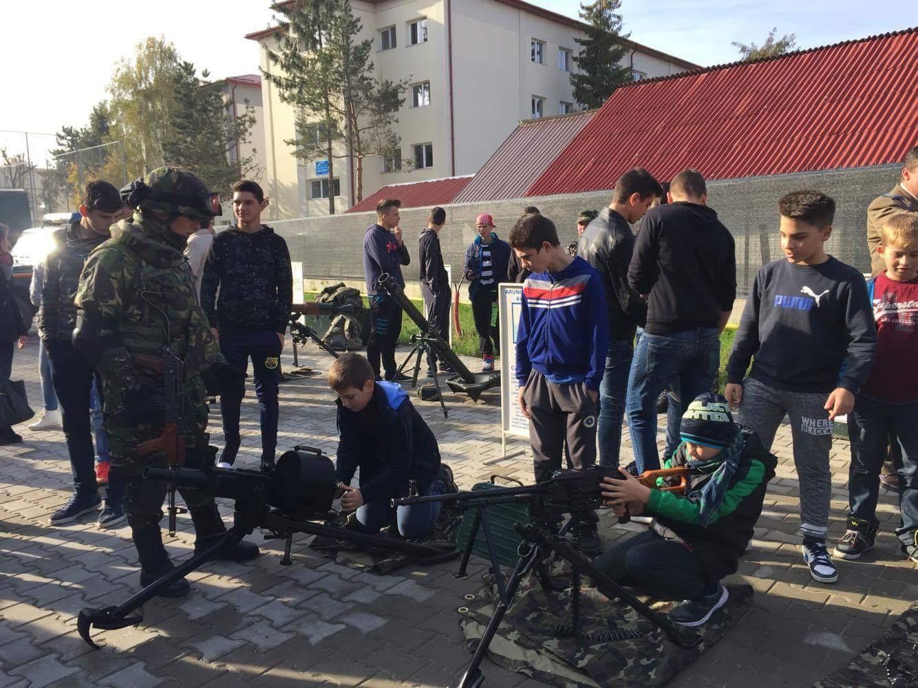 """Cum a fost sărbătorită Ziua Armatei la Colegiul Național """"Petru Rareș"""" Beclean – FOTO"""