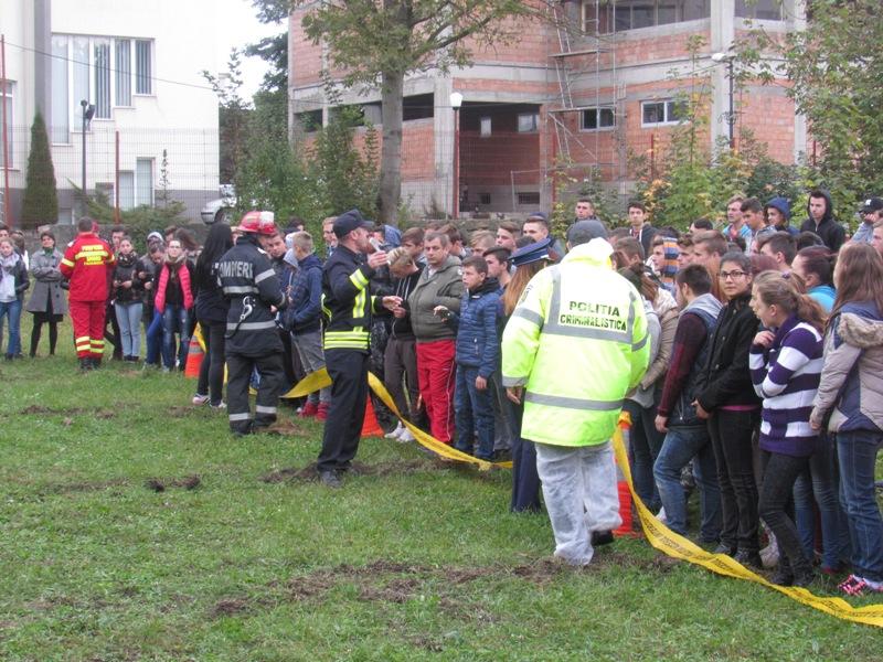 """""""Încotro?… Dă șansă vieții!"""" Iată motivul pentru care polițiștii și pompierii au fost marți la Liceul Agricol – FOTO"""