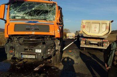 Accident la intersecția dintre DN17 și drumul care duce spre Viile Cristurului! Două autocamioane s-au ciocnit