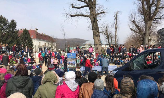 Jandarmii, în centrul atenției la Beclean. Sute de copii au fost impresionați de oamenii legii cu ocazia Zilei Jandarmeriei – FOTO
