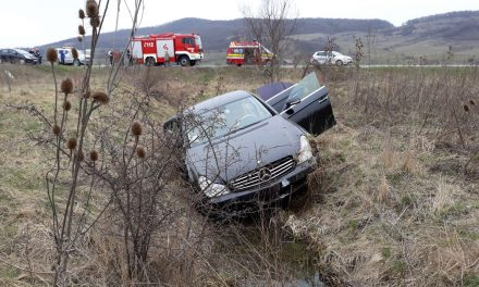 """Accident spectaculos la Șintereag. Un Mercedes de lux a """"zburat"""" pe câmp. Iată ce s-a întâmplat – FOTO"""