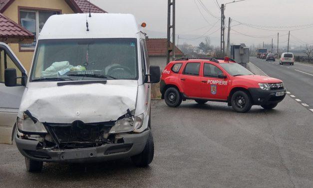 Doi copii au ajuns la spital în urma unui accident în care au fost implicate un microbuz și un autoturism – FOTO