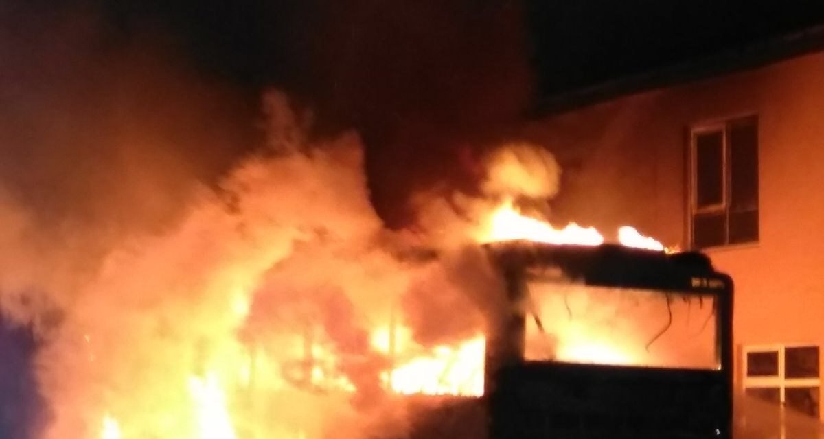 Un autobuz a ars ca o torță în centrul localității Ciceu Mihăiești! Autovehiculul ar fi luat foc în timpul mersului, iar șoferul a reușit să oprească la timp evitând o tragedie – FOTO