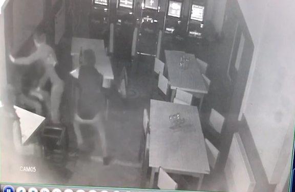 EXCLUSIV. Doi tineri l-au snopit în bătaie pe un bărbat într-un bar din Beclean. Imaginile de pe camerele de supraveghere au surprins incidentul – FOTO&VIDEO