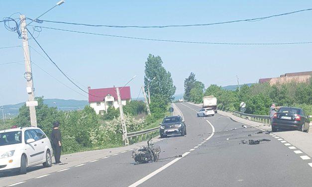 Accident pe DN 17 la Crainimăt. Un autoturism a ajuns într-un parapet de pe marginea drumului. Iată ce a făcut un beclenar care a fost martor al accidentului