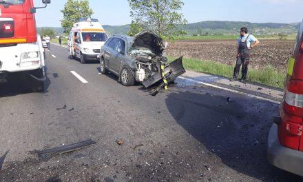 Accident grav la ieșire din Beclean spre Bistrița, chiar înainte de pasarelă. Un microbuz și două autoturisme, implicate – FOTO