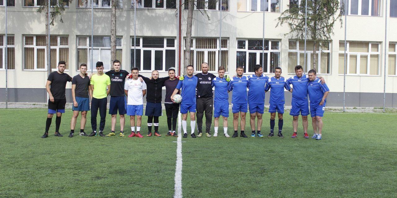 """Meciul amical de fotbal dintre profesori și viitorii absolvenți ai Colegiului Național """"Petru Rareș"""" Beclean s-a încheiat surprinzător. Care a fost lecția de viață pentru toți – FOTO"""