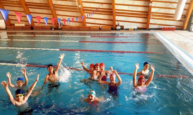 Bazinul didactic de înot, bucuria copiilor! Iată cât costă intrarea și care este condiția obligatorie pentru toată lumea