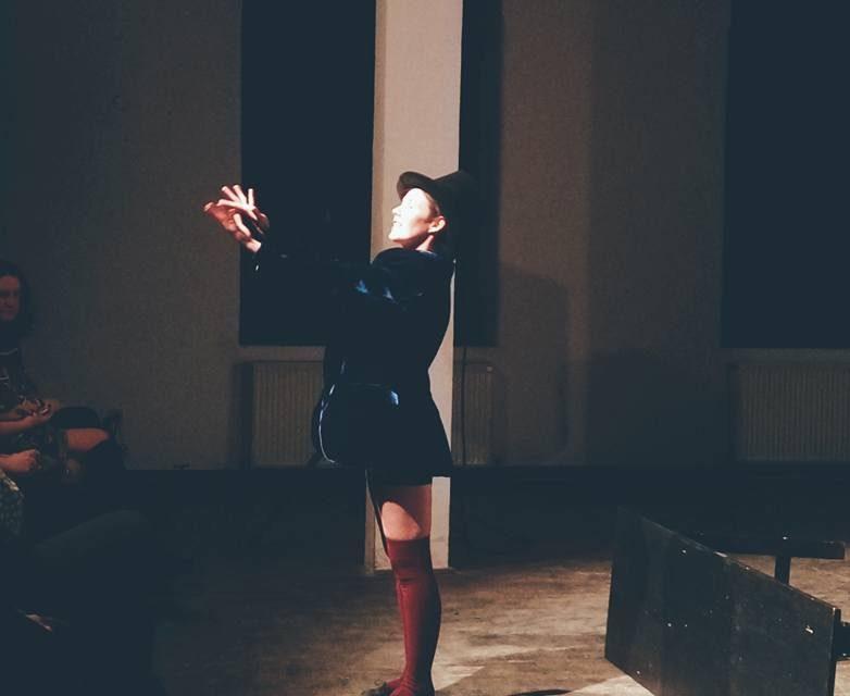 One-woman-show cu actrița Codruța Varadi, la Sinagoga din Bistrița! Artista originară din Beclean va susține spectacolul Cirque du vérité, interzis persoanelor sub 16 ani