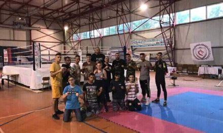 """Sunt puternici și demonstrează că """"se poate"""". Câțiva tineri din Beclean fac performanță în kickboxing. Cine îi antrenează și ce premii au luat"""