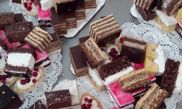Cofetăria Karamel împlinește 1 an,  cu surprize pentru clienți! Beclenarii sunt invitați să-și cumpere prăjituri de sărbători, fără precomandă – FOTO
