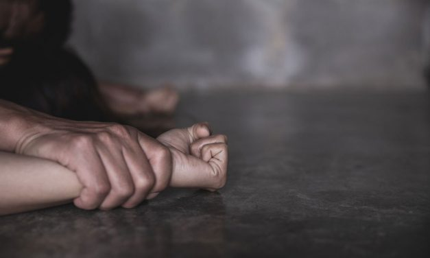 Tentativă de viol la Beclean. Victima ar fi fost pândită și fugărită în scara blocului unde locuiește de către un tânăr de 30 de ani
