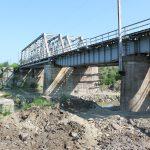 Trei bombe de aviație, descoperite la podul CFR de la Coldău! Pirotehniștii ISU au reușit detonarea controlată a bombelor de aviație – UPDATE
