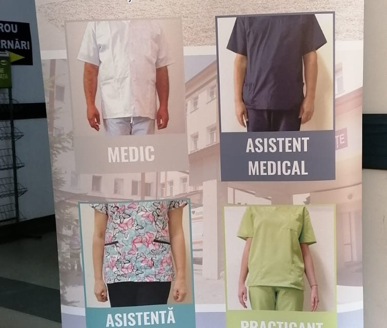 Uniforme pe coduri de culoare la Spitalul Orășenesc Beclean, după modelul implementat la Bistrița – FOTO