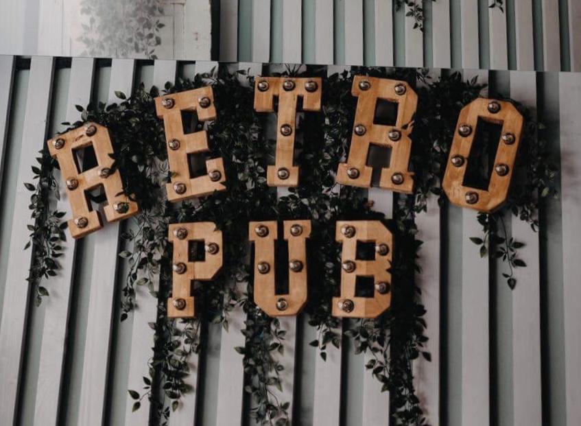 S-a deschis la Beclean RETRO PUB! Localul își așteaptă clienții cu produse gustoase, într-o atmosferă intimă cu aer vintage – FOTO