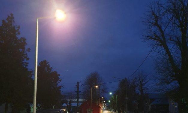 """""""Drumul Gării din Beclean"""" este complet modernizat! Au fost montate lămpile LED pe stâlpii nou instalați pe Aleea Gării din oraș"""